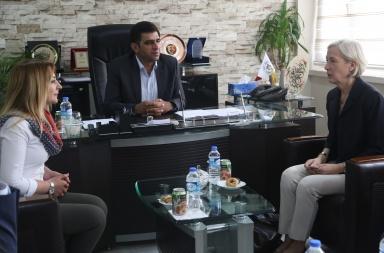ABD'nin Adana Konsolosu Linda Stuart Specht (sağda), Şırnak'ın Cizre ilçesine ziyaret gerçekleştirdi. Specht, Belediye Başkanı Kadir Kunur (ortada) ve İçişleri Bakanlığı tarafından görevinden uzaklaştırılan eski Cizre Belediye Başkanı Leyla İmret'le (solda) görüştü.  ( Abidin Yel - Anadolu Ajansı )